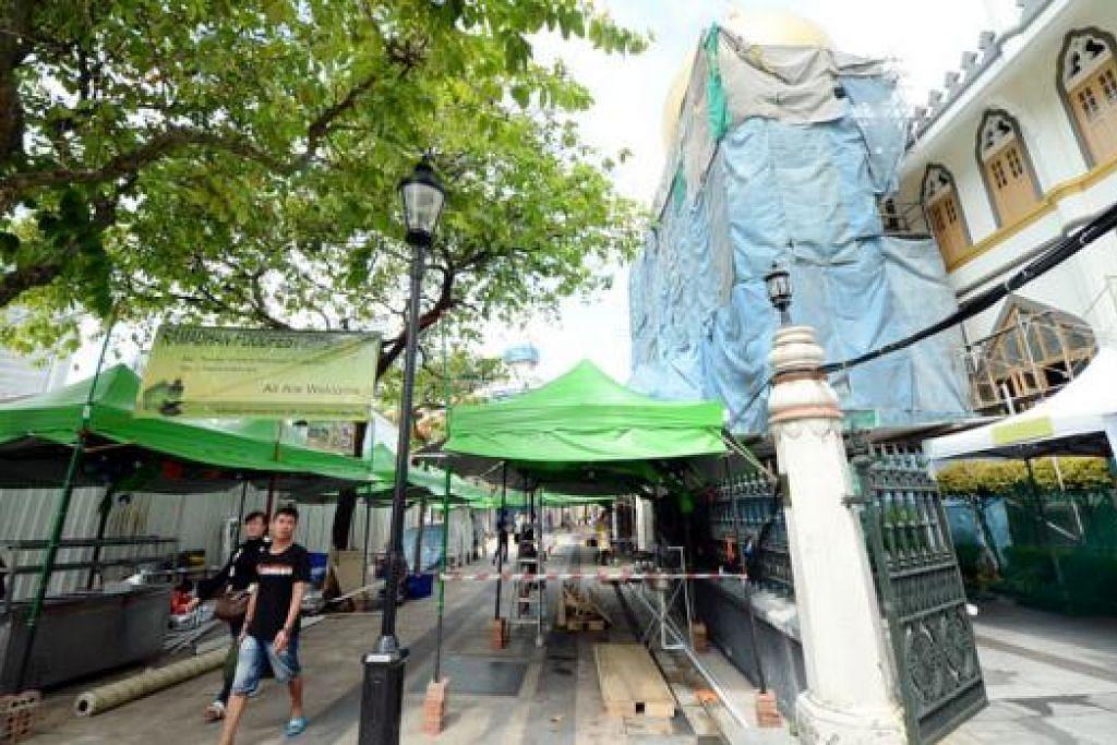 BAZAR TURUT MERIAHKAN RAMADAN: Sebanyak 38 gerai makanan akan disediakan di bazar Kampong Glam di luar Masjid Sultan. - Foto-Foto JOHARI RAHMAT