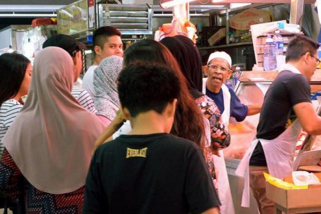BERATUR PANJANG: Gerai menjual daging, ayam, sayur-sayuran dan makanan kering serta beku dikunjungi ramai pelanggan sejak beberapa hari lalu. - Foto-foto TUKIMAN WARJI