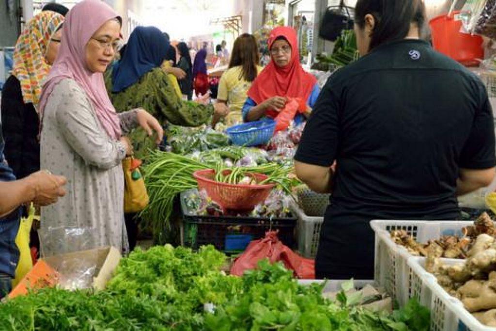 BERBELANJA SEBELUM PUASA: Pasar Geylang Serai penuh sesak semalam dengan pelanggan yang membeli keperluan dapur sebelum bermulanya Ramadan.