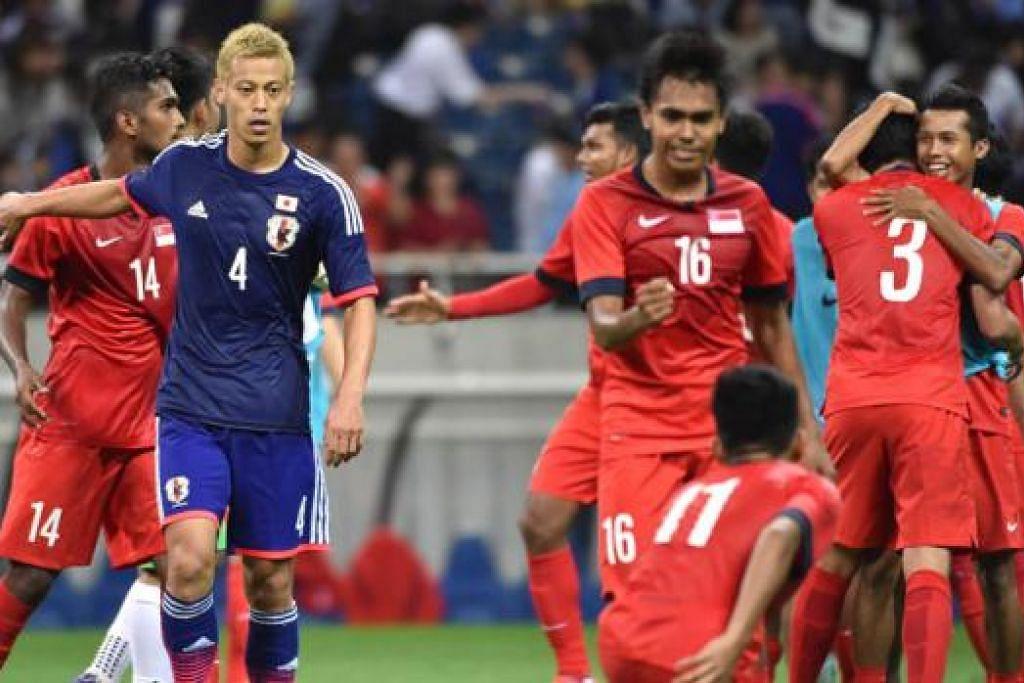 CURI SATU MATA: Pasukan Singapura meraikan kejayaan mereka mengikat Jepun 0-0 di Stadium Saitama dan kini mendahului Kumpulan E. - Foto AFP