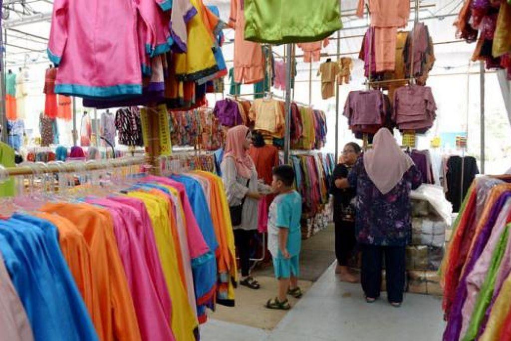 GERAI 'VETERAN': Peniaga baju kurung Melayu, Asia Time Marketing, telah mengendalikan gerai di bazar Ramadan selama 21 tahun dan menganggapnya sebagai wadah untuk mengekalkan pelanggan lama dan mendapatkan yang baru. - Foto TUKIMAN WARJI