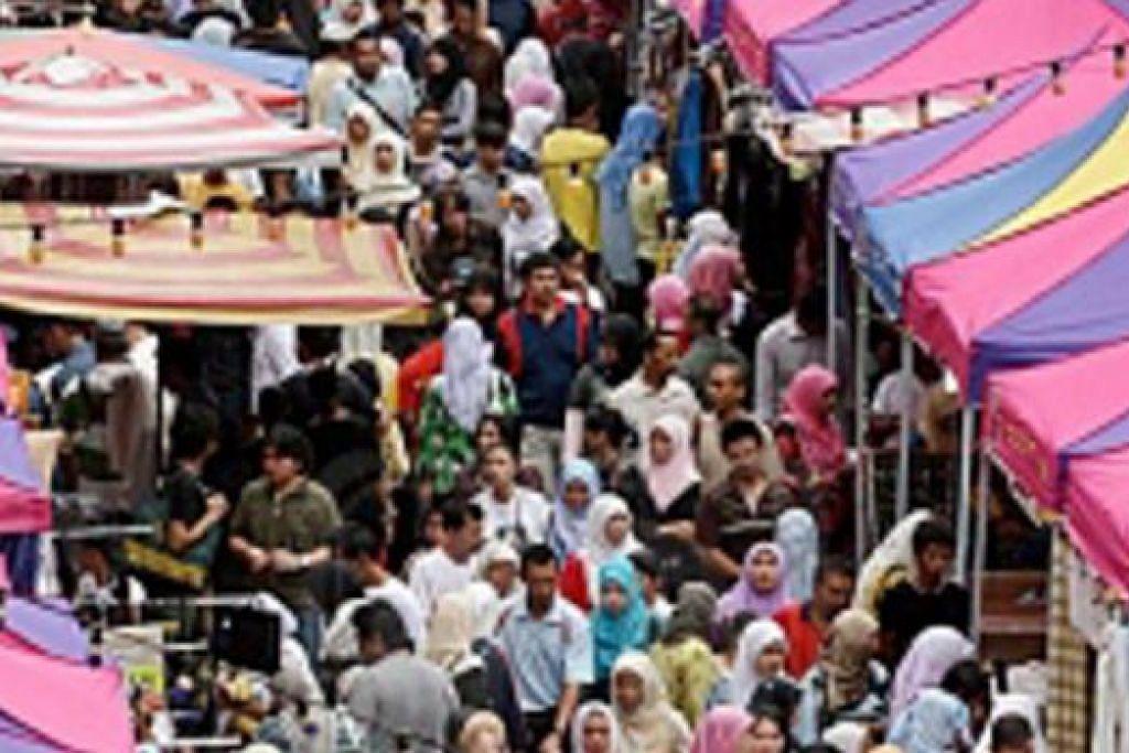 JADI TUMPUAN: Setiap tahun bazar Ramadan di Jalan Masjid India dan Lorong Tunku Abdul Rahman di Kuala Lumpur menjadi tumpuan masyarakat Islam. - Foto UTUSAN ONLINE