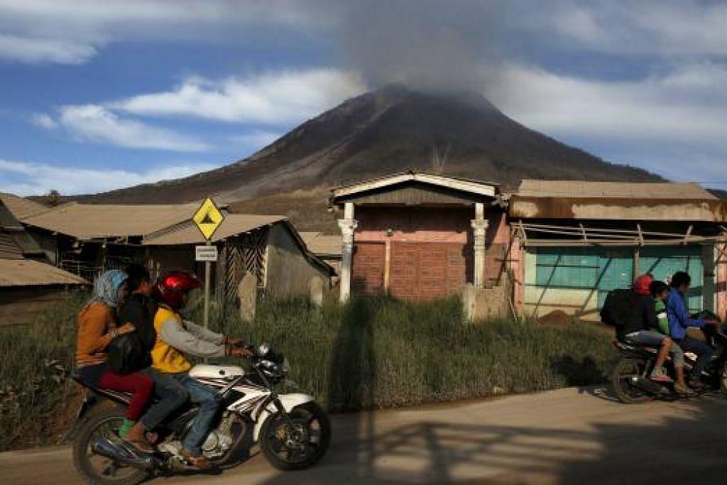 Gunung berapi Sinabung yang mula memuntahkan laharnya menyebabkan lebih 10,000 penduduk kampung berhampiran bergegas melarikan diri sejak beberapa hari lalu.