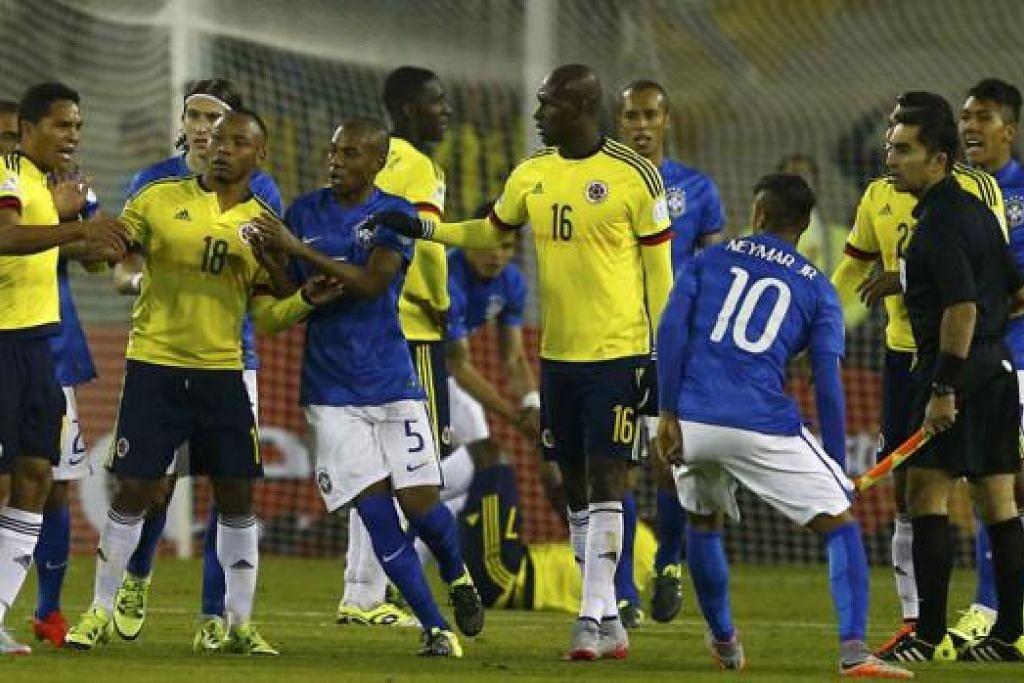 BERTELAGAH: Pemain Colombia (jersi kuning) dan Brazil 'bersemuka' sebaik sahaja tamatnya perlawanan antara dua gergasi bola sepak itu di peringkat pertama pertandingan Copa Amerika kelmarin. - Foto REUTERS