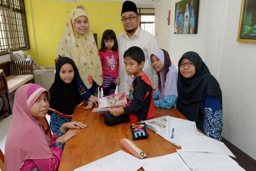 RAMADAN BERSAMA KELUARGA: Ustaz Muhammad Fazalee Ja'afar dan isterinya, Ustazah Norshidah Mohd Yusoff, memastikan mereka dan anak dapat beribadah bersama pada setiap Ramadan. – Foto TUKIMAN WARJI