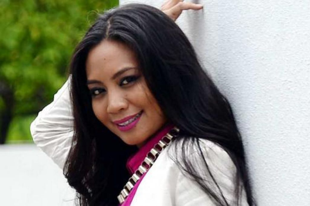 PELUANG MENYANYI: Seorang penerbit bagi beberapa filem di Malaysia, Yuzaidania Abdullah Shukor mendapat peluang menyanyikan lagu tema filem 'Gamatisme' berjudul 'Naluri'. - Foto TAUFIK A. KADER