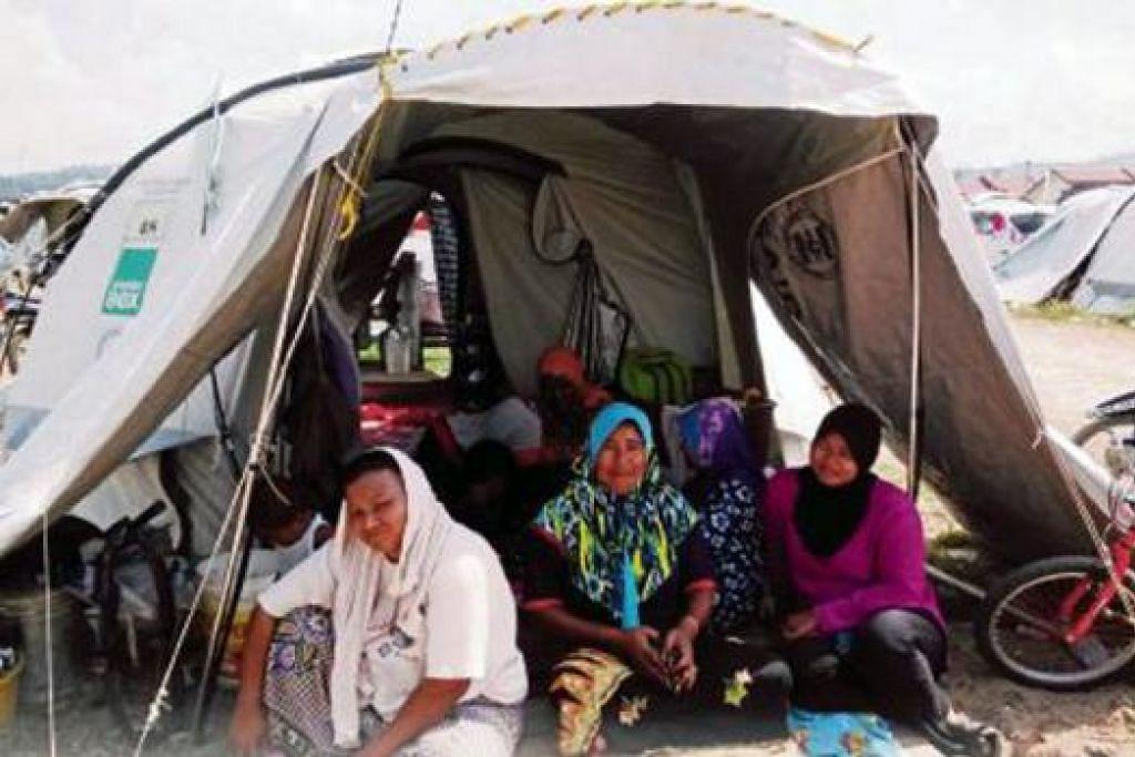 KEADAAN TIDAK SELESA: Mangsa banjir berkumpul dalam khemah menyambut Ramadan bersama. - Foto HARIAN METRO