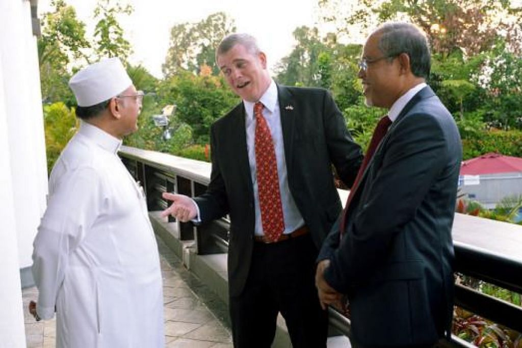 BERAMAH MESRA: Encik Masagos Zulkifli dan Habib Hassan berbual dengan Dubes AS Encik Kirk Wagar.