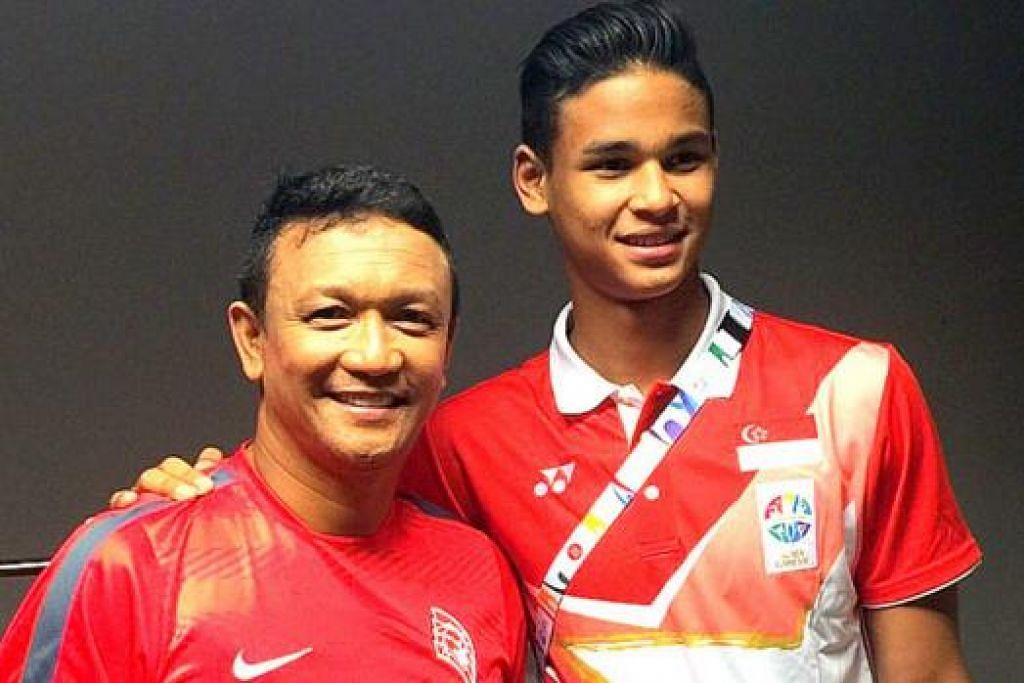 DETIK ISTIMEWA: Fandi dan anak sulungnya, Irfan, berlari dengan obor Sukan SEA dalam upacara pembukaan penuh gemilang pada 5 Jun lalu. Sekalipun terperanjat dengan pemilihannya, Fandi menganggap ia satu penghormatan kepada sukan bola sepak. Anaknya, Irfan, turut tampil dalam Sukan SEA sulungnya anjuran Singapura ini apabila mewakili pasukan bola sepak Bawah 23 Tahun Nasional. - Foto SITI AISYAH NORDIN