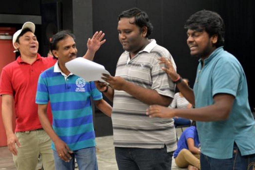 HARGAI BUDAYA KERJA PROFESIONAL: Awad Salim Ramli (kiri) teruja bekerjasama dengan aktivis teater Tamil yang menjayakan drama komedi 'Quarters' dan mempelajari cara mencapai kesinambungan dialog memandangkan beberapa bahasa berbeza digunakan. - Foto M.O. SALLEH