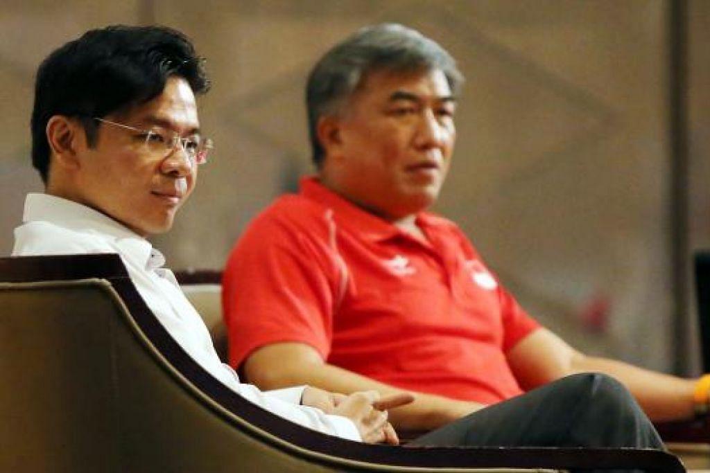 BERIKAN TAKLIMAT: Menteri Kebudayaan, Masyarakat dan Belia, Encik Lawrence Wong (kiri), bersama Pengerusi Jawatankuasa Penganjur Sukan SEA Singapura (Singsoc), Lim Teck Yin. - Foto ZAOBAO