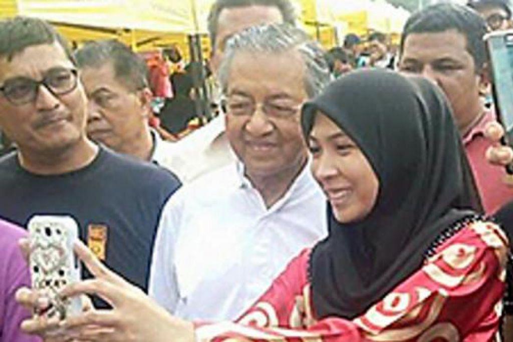 SEMPAT BERSELFIE: Dr Mahathir sempat berselfie dengan orang ramai sewaktu mengunjungi bazar Ramadan. - Foto KELAB CHE DET FB