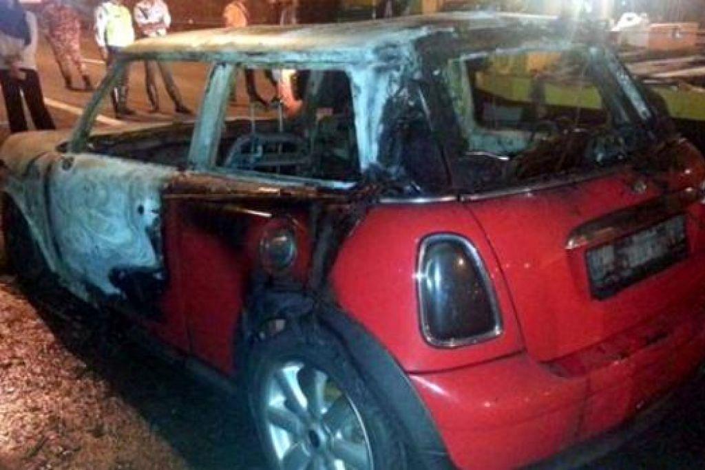 HANGUS TERBAKAR: Seorang pemandu lain memberitahu Vanidah enjin keretanya berasap dan beginilah keadaan Mini Cooper merahnya selepas dijilat api. - Foto-foto MSTAR ONLINE