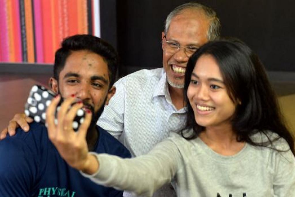 SEMPAT BERGAMBAR: Encik Masagos Zulkifli Masagos Mohamad bergambar bersama pengunjung muda Kelab Masyarakat Tampines West. - Foto-foto KHALID BABA