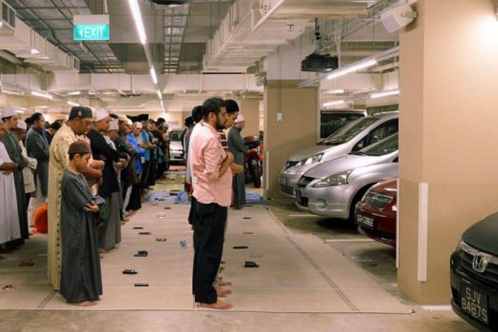 SAMPAI DI BESMEN: Dewan utama masjid dipenuhi orang ramai hingga ada jemaah terpaksa mengerjakan solat dekat tempat meletak kereta di bawah tanah.