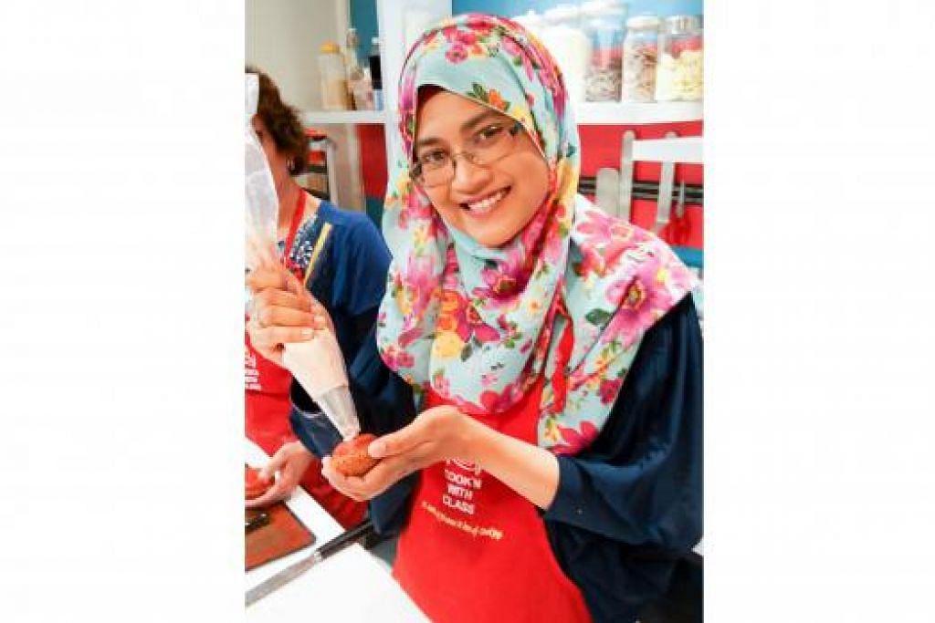 BAWA PULANG KEMAHIRAN: Cik Suhaila seronok menimba ilmu walau sudah berpuluh kali hadiri kursus buat kek dan pastri di Singapura.
