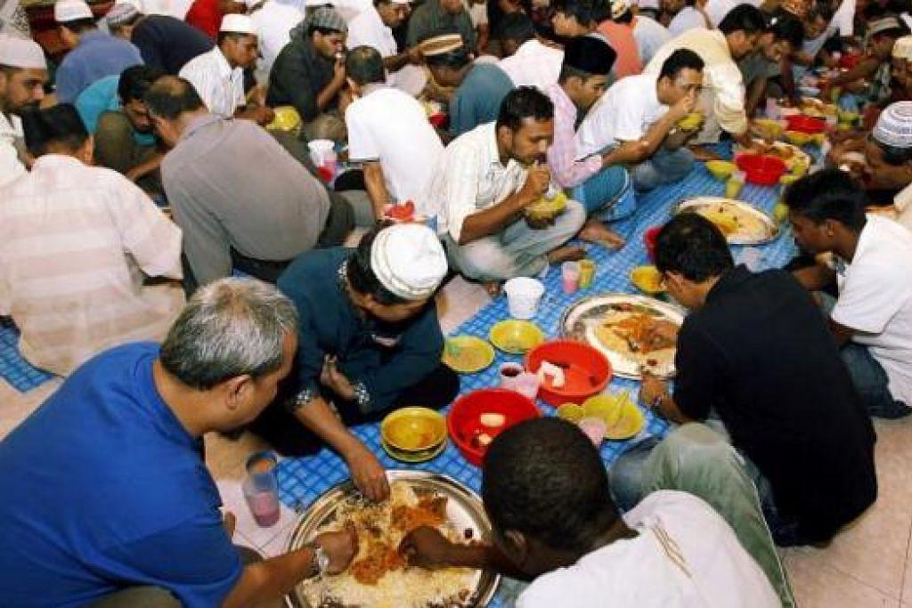 MEMUPUK MUHIBAH, MERAPATKAN PERSAUDARAAN: Di mana sahaja sama ada dirumah, di masjid ataupun di tempat kerja, berbuka puasa bersama memang dapat merapatkan lagi hubungan sesama kita. - Foto fail
