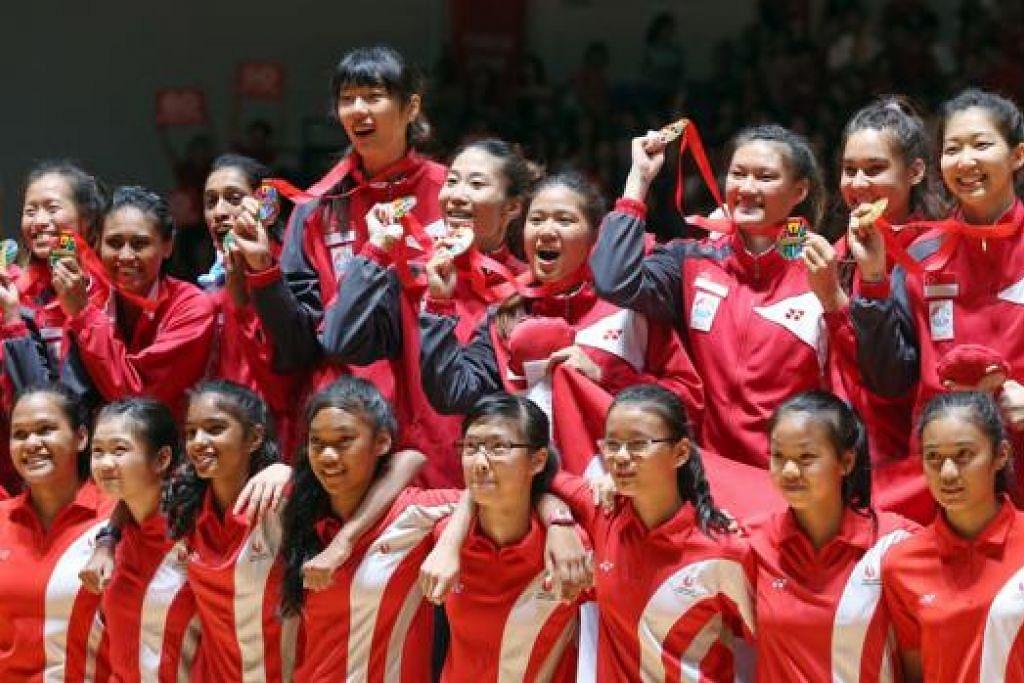 KEJAYAAN BERSEJARAH: Pasukan bola jaring Singapura membuat sejarah dengan mencapai pingat emas pertama sukan itu di temasya Sukan SEA ke-28 setelah menewaskan Malaysia di peringkat akhir. - Foto THE STRAITS TIMES