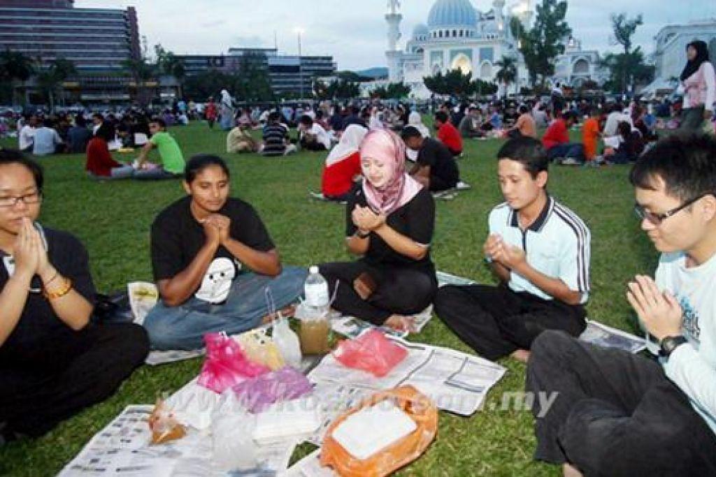 IFTAR BERAMAI-RAMAI: Berbuka puasa di tempat tumpuan awam memeriahkan lagi Ramadan di Kuantan, Pahang. - Foto KOSMO