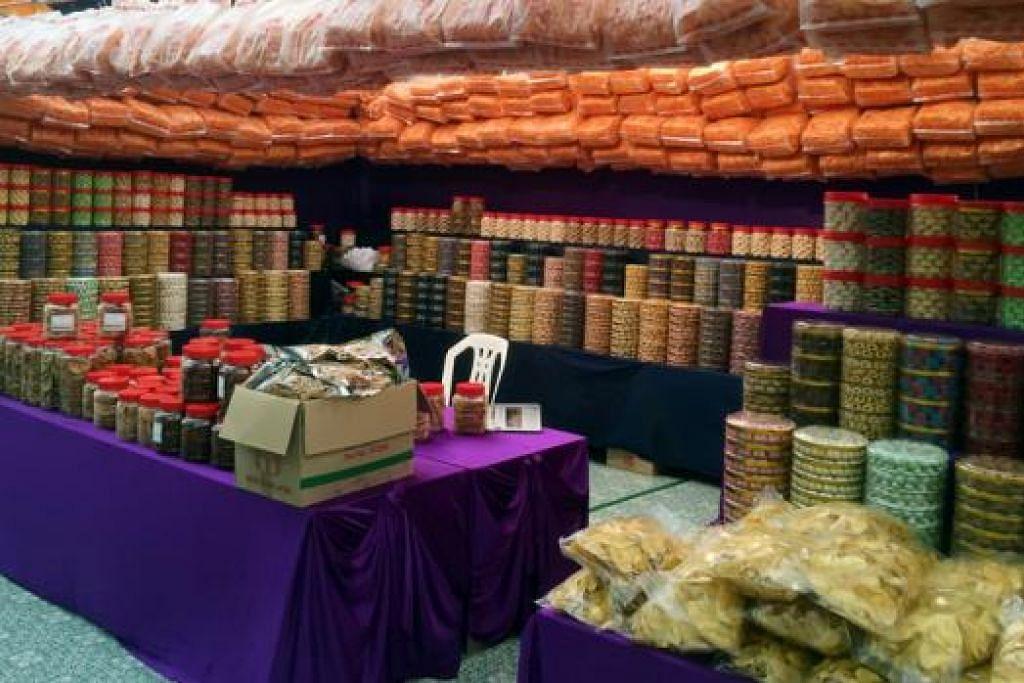KEDAI KUIH MUSIMAN: Kedai menjual pelbagai kuih-muih dari yang tradisional seperti kuih tart dan kuih makmur kepada kuih-kuih moden seperti kukis dan meringue. - Foto MUHD KHAIRULAMEER RAMLAN
