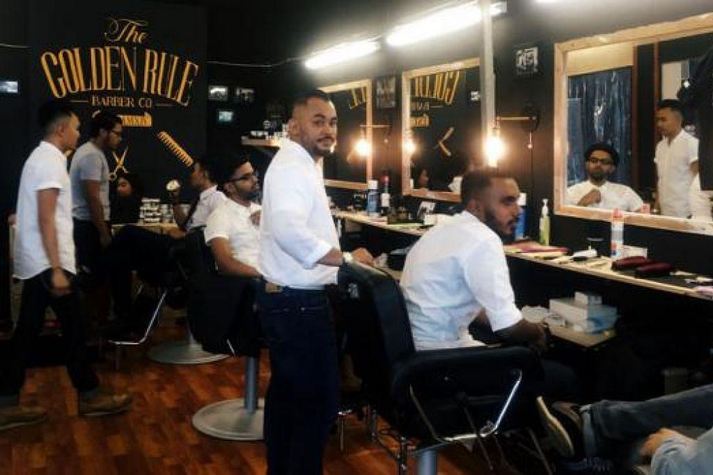 DALAM BAZAR PUN ADA KEDAI GUNTING RAMBUT: Sepanjang Ramadan ini, pelanggan The Golden Rule Barber boleh menikmati khidmat menggunting rambut gaya 'gentlemen' 1950-an pada harga $35 di bazar Geylang Serai. - Foto KHAIRULAMEER RAMLAN
