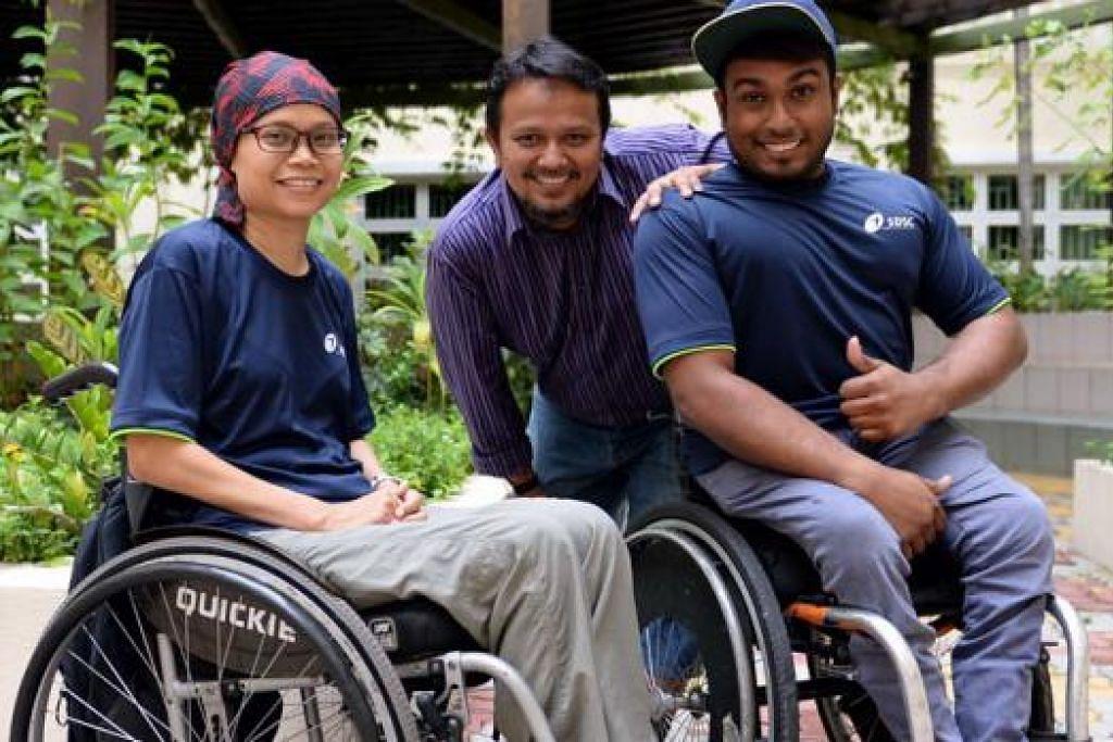 SAHUT CABARAN: Dua atlit perlumbaan kerusi roda, Muhd Firdaus Nordin dan Norsilawati Sa'at, berazam mengibarkan bendera negara di Sukan Para Asean yang akan berlangsung di Singapura hujung tahun ini. Bersama mereka ialah jurulatih yang juga presiden Persatuan Perlumbaan Kerusi Roda Singapura, Jaffa Mohamed Salleh (tengah). - Foto ZAINAL YAHYA