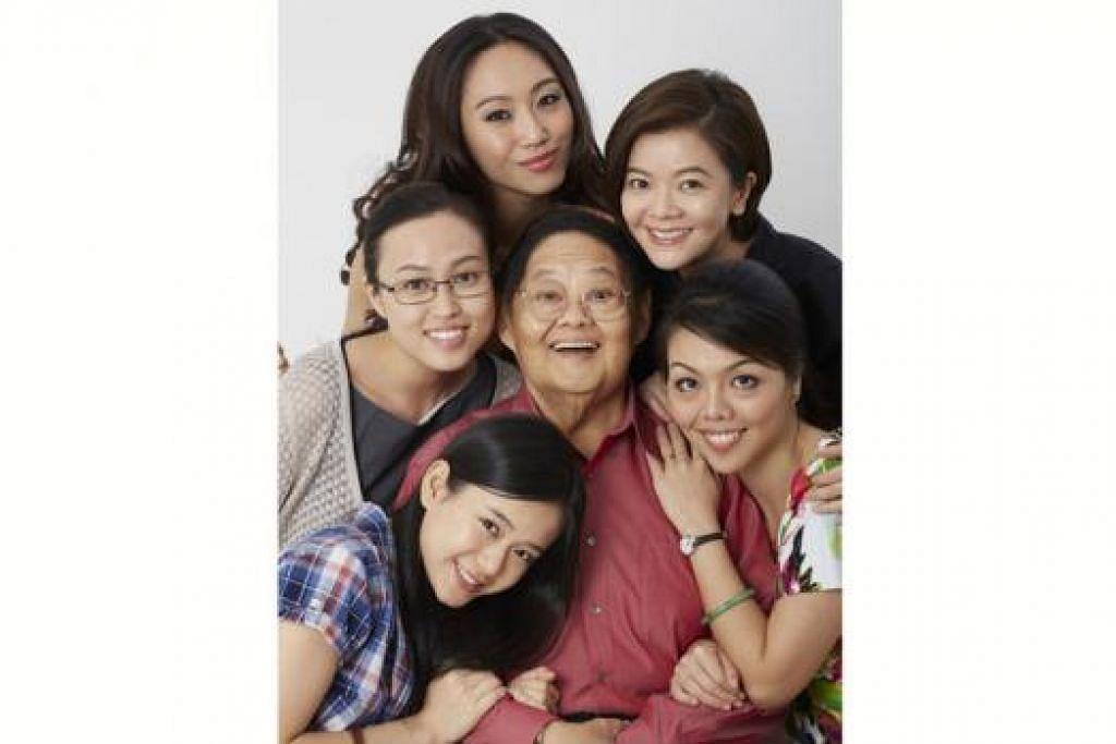 BARISAN ARTIS: Filem 'Our Sister Mambo' mengisahkan keluarga Wong yang dilakonkan oleh Moses Lim dan (dari kiri, ikut putaran jam) Joey Leong, Ethel Yap, Oon Shu An, Michelle Chong dan Audrey Luo.