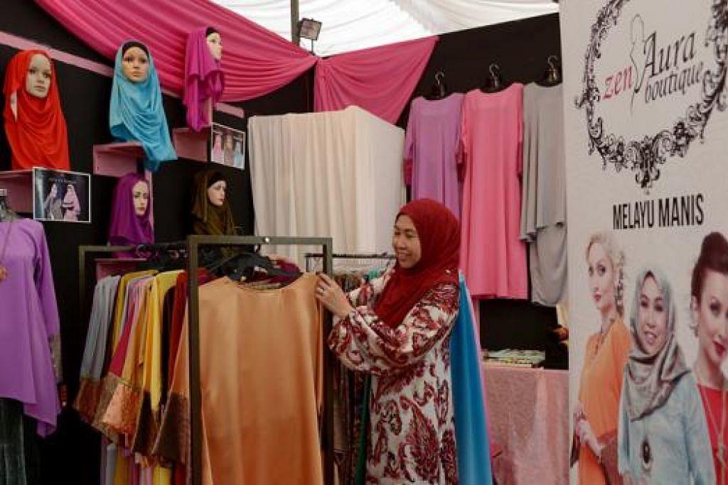 PELUANG RAMADAN: Didorong pengalaman kali pertama berniaga di bazar Ramadan tahun lalu, Cik Hayati Kasmani harap dapat mendekati lebih ramai pelanggan baru tahun ini. - Foto TUKIMAN WARJI