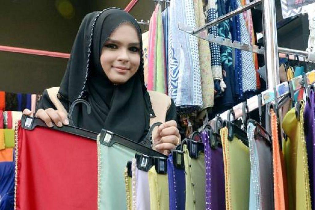 PENGALAMAN POSITIF: Pemilik butik Princess Arabia Fashion di Joo Chiat Complex dan Tanjong Katong Complex, Cik Farhana Ghalib Abdat (gambar), yang khusus menjual tudung, melihat penjualannya di bazar kukuh saban tahun. Pemilik Ilham Collections, Cik Asyiqin Jumato, pula mendapati perniagaan di bazar membantu merangsang penjualan memandangkan kedainya terpaksa ditutup awal setiap Ramadan ekoran tidak ramai pelanggan. - Foto-foto TAUFIK A. KADER