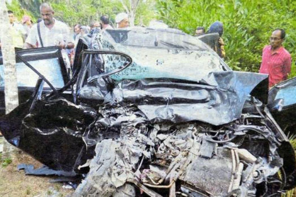 TIGA MAUT: Keadaan kereta yang remuk selepas bertembung lori dalam kemalangan di Jalan Shah Bandar, Rompin, petang kelmarin. - Foto BHM