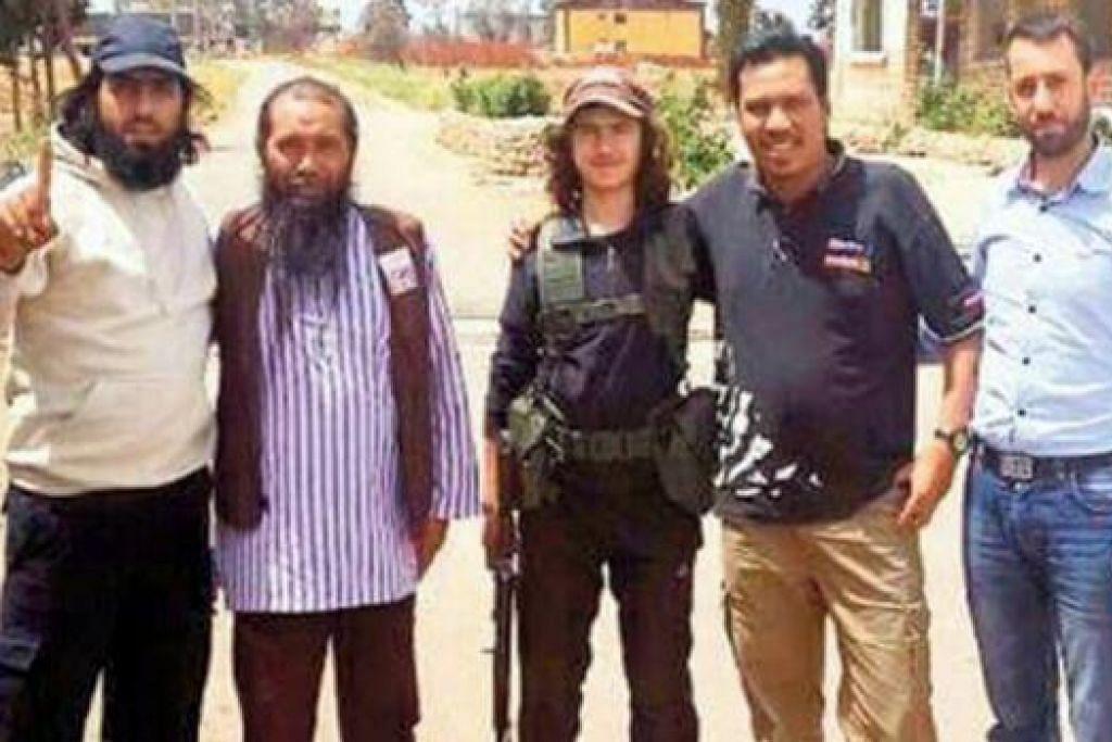 TERSEBAR DI MEDIA SOSIAL: Encik Norazli Musa (dua dari kiri) bersama beberapa pemuda bersenjata di Syria dalam gambar yang tersebar di media sosial. - Foto THE MALAYSIAN INSIDER