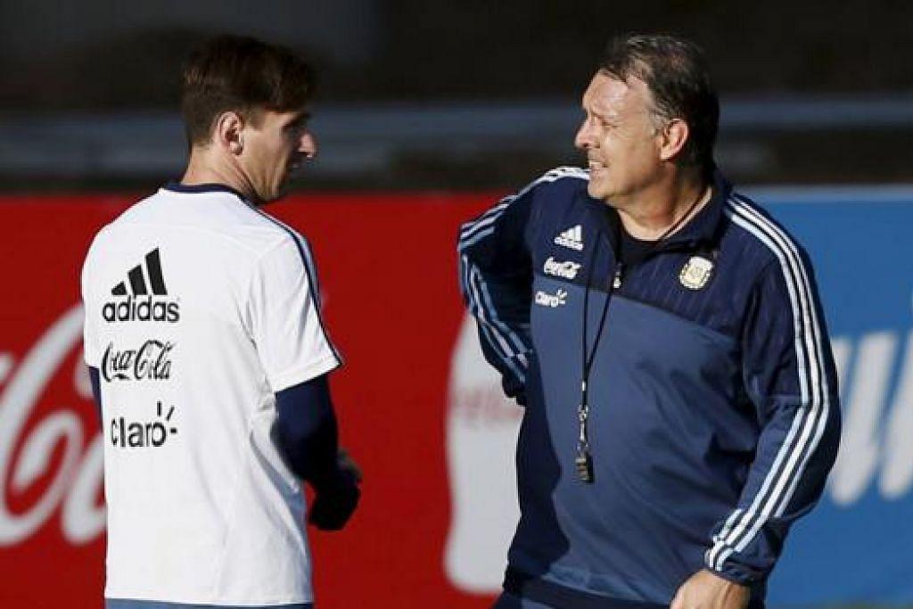 BINCANG SESUATU: Lionel Messi (kiri) sedang berbual dengan jurulatih negaranya, Gerardo Martino, semasa sesi latihan di La Serena Selasa lalu. - Foto REUTERS