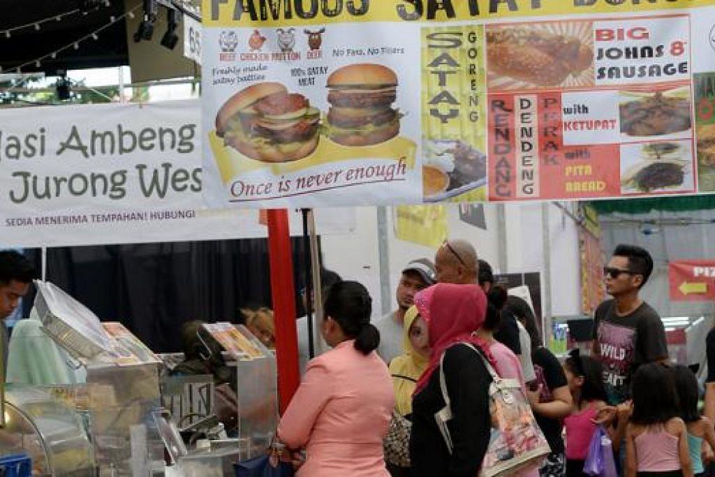 BANYAK PILIHAN: Para pengunjung bazar bukan sahaja boleh mendapatkan juadah kegemaran seperti burger Ramly, dendeng, vadai dan air katira, malah ada pilihan sajian antarabangsa. - Foto TUKIMAN WARJI