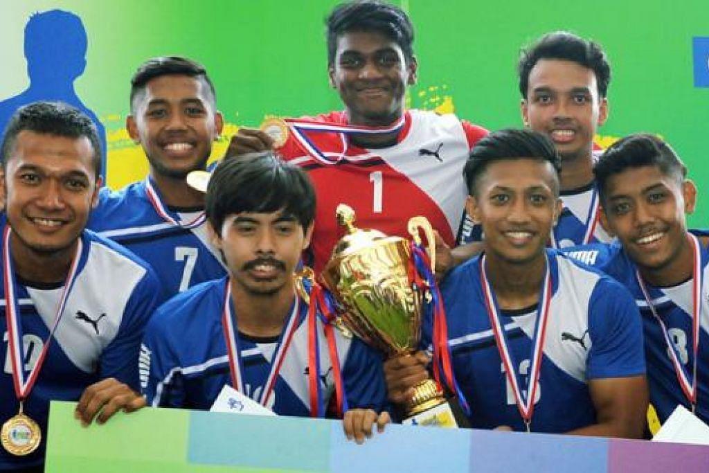 TERPILIH: Kesemua anggota pasukan Play To Win antara 53 yang dipilih menyertai skuad latihan futsal nasional selepas menyertai Kejohanan Futsal Nasional 2015 anjuran BeritaHarian.sg. - Foto fail