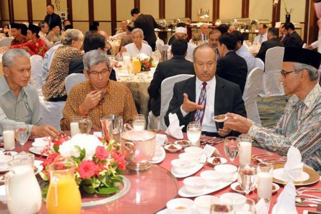 HUBUNGAN BAIK: Dr Yaacob Ibrahim berbuka puasa bersama Dubes Arab Saudi ke sini, Encik Mansour Al-Mazmoumi. Bersama mereka ialah Pesuruhjaya Tinggi Malaysia ke Singapura, Dato' Husni Zai Yaacob (kiri), dan Duta Besar Singapura ke Kuwait, Encik Zainul Abidin Rasheed (kanan). - Foto KHALID BABA