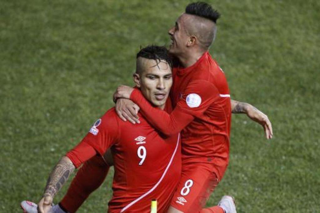 RAIKAN GOL: Penyerang Peru, Paolo Guerrero (kiri), meraikan gol ketiganya ke atas Bolivia pada suku akhir Piala Amerika. - Foto REUTRS
