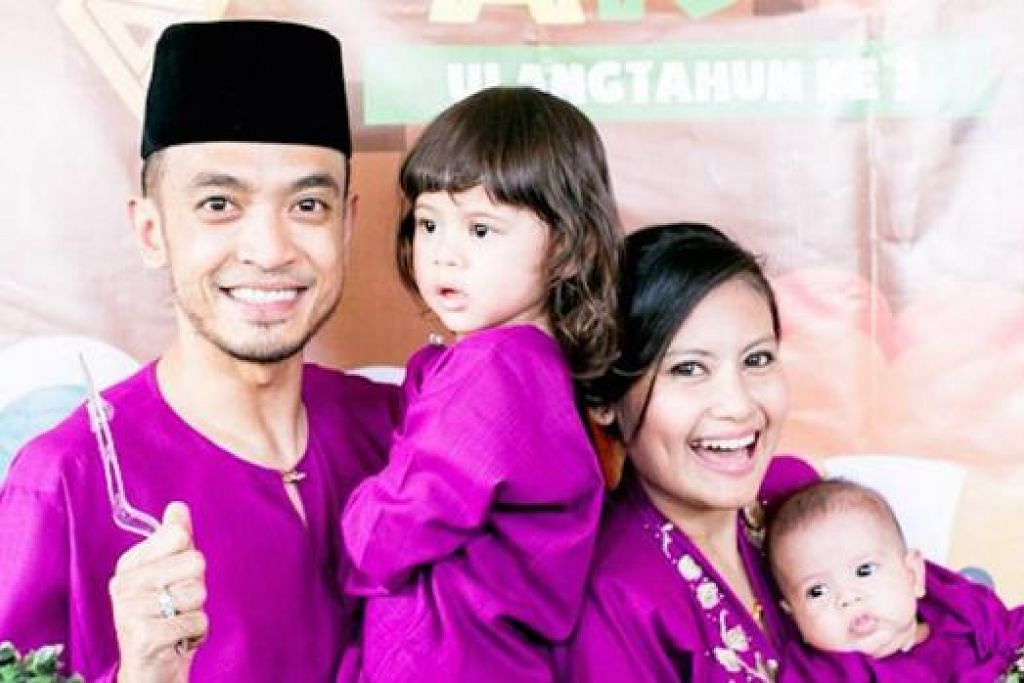 SEDANG FIKIR LANGKAH SUSULAN: Tomok dan isteri, Rahayu, mungkin membuat laporan polis apabila gambar anak sulungnya, Arrianshah Akid (dua dari kiri), dipapar di laman web lucah. - Foto ROTIKAYA