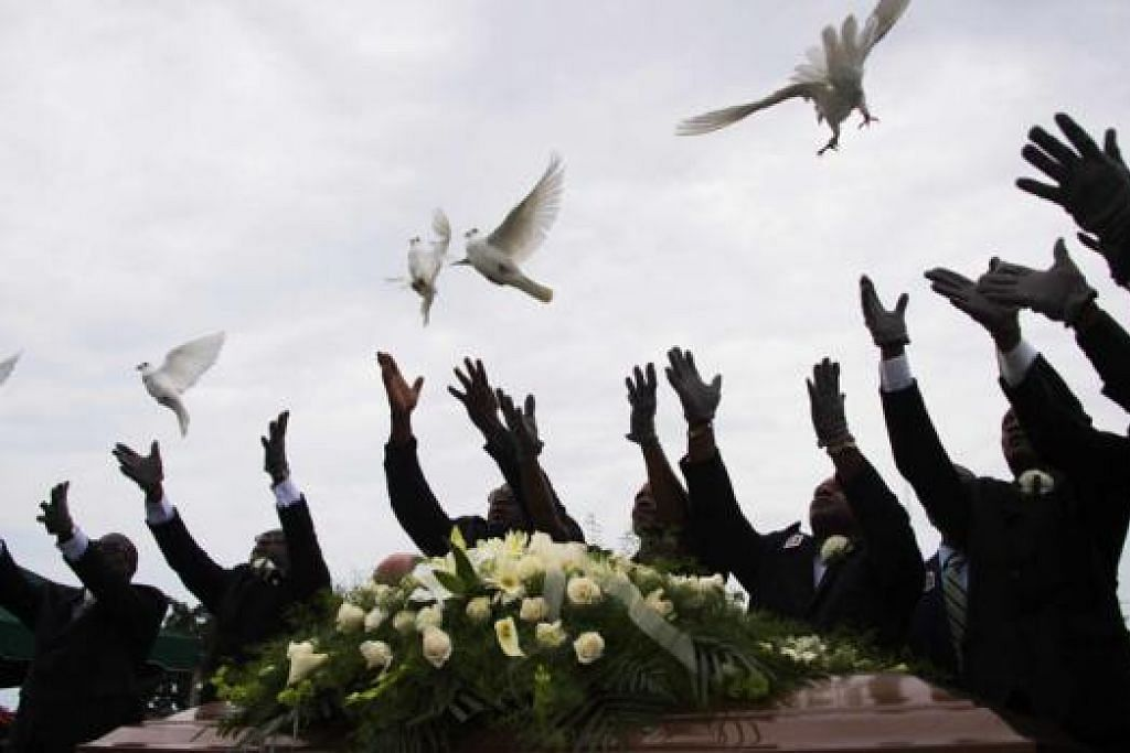 SIMBOLIK: Pengusung jenazah mendiang Ethel Lance membebaskan burung merpati di upacara pengebumiannya semalam. - Foto AFP