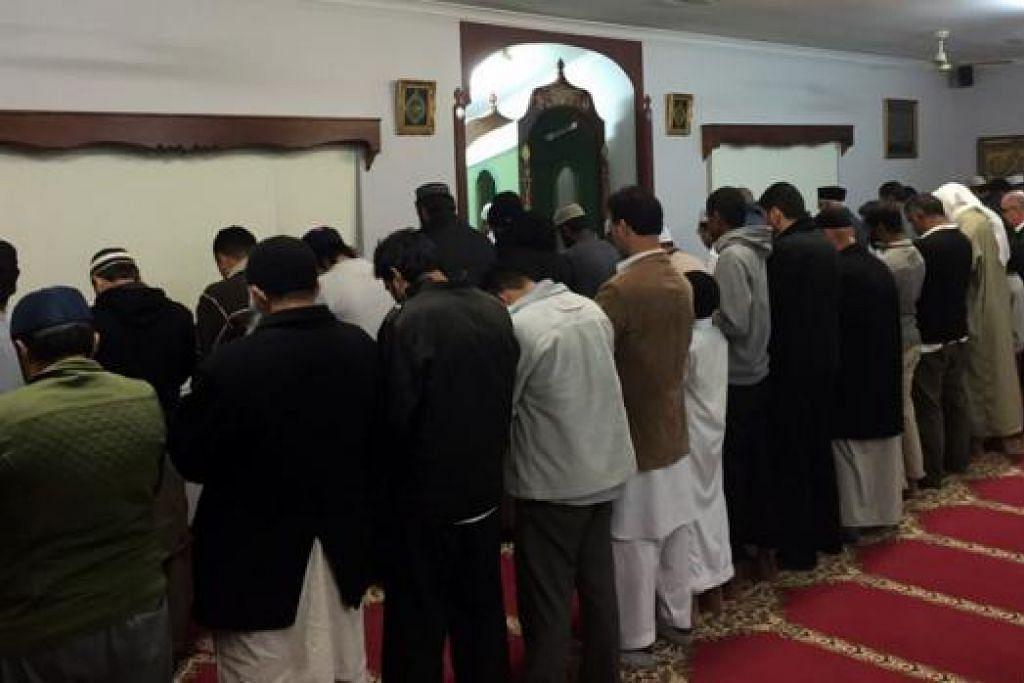 BERDAKWAH DI PERTH: Ruang solat di Masjid Ar-Rukun sebesar ruang solat di Masjid Khalid di Joo Chiat Road. Ia antara masjid di Perth yang diuruskan masyarakat Melayu di sana. - Foto MOHD AZLI ZAHARI