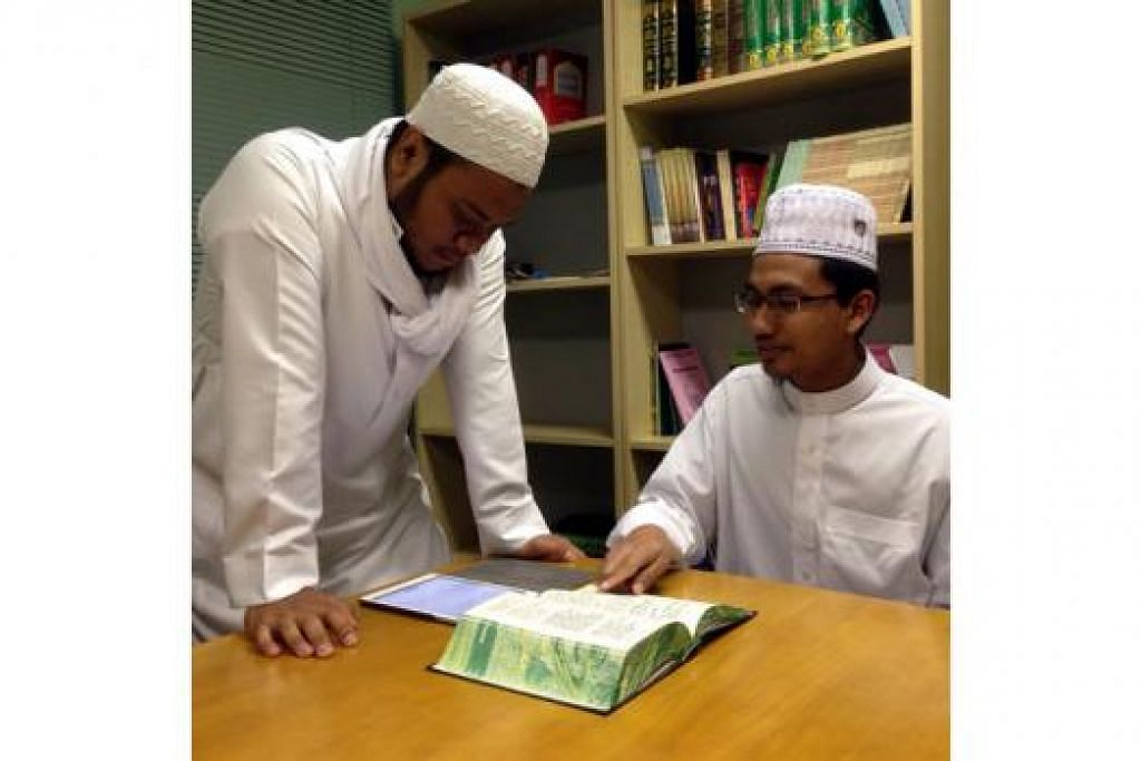 BERKHIDMAT DI LUAR NEGARA: Encik Muhammad Iqbal Abdul Rashid (kiri) dan Encik Saifullah Haniffah memimpin solat fardu dan tarawih di Masjid Ar-Rukun dalam kawasan Perth, Australia, sepanjang Ramadan ini. - Foto USTAZ MAHADER ALHABSYI
