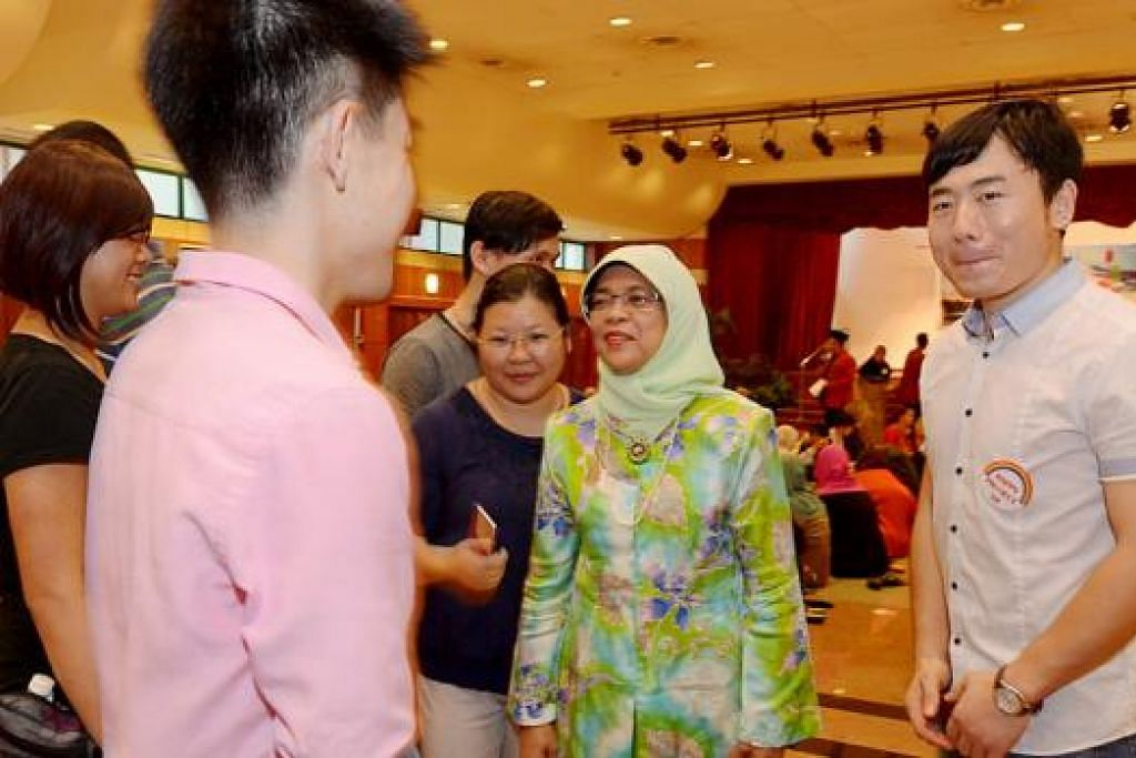 KENALI RAMADAN: Speaker Parlimen, Cik Halimah Yacob, bersama-sama relawan dari Persatuan Hua Yuan yang ingin bersama-sama merasakan dan memahami erti Iftar. - Foto TUKIMAN WARJI