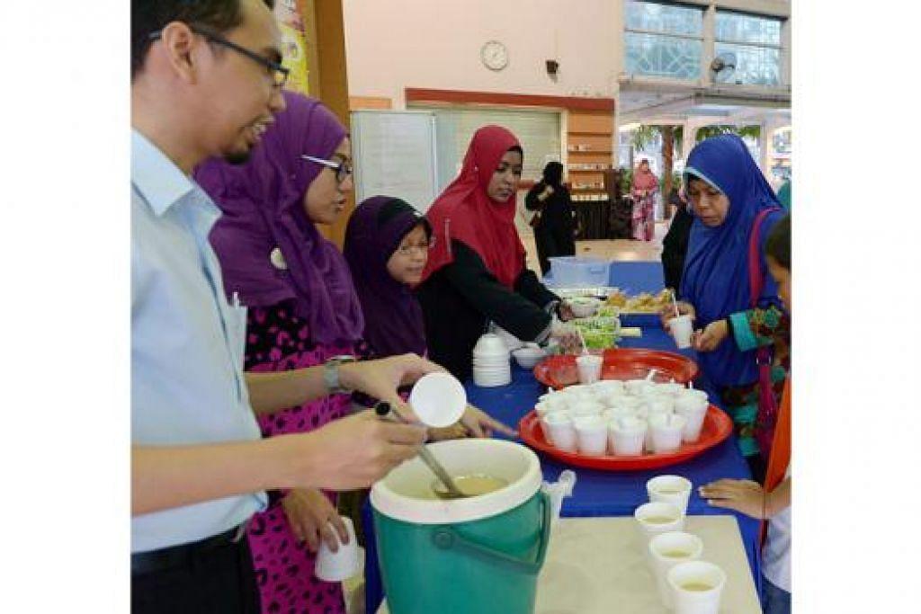 SUDUT SIHAT: Masjid An-Nahdhah kini mempunyai sebuah sudut sihat yang menyediakan makanan sihat dan berkhasiat untuk jemaah berbuka puasa. - Foto TUKIMAN WARJI