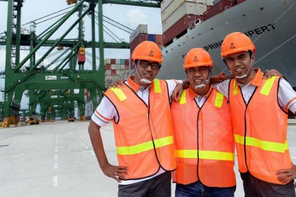 IKATAN KELUARGA DI TEMPAT KERJA: (Dari kiri) Encik Fizul, Encik Baba dan Encik Fadhli di pelabuhan Fasa 3 dan 4 Terminal Pasir Panjang yang dilancarkan Perdana Menteri Lee Hsien Loong baru-baru ini. - Foto KHALID BABA