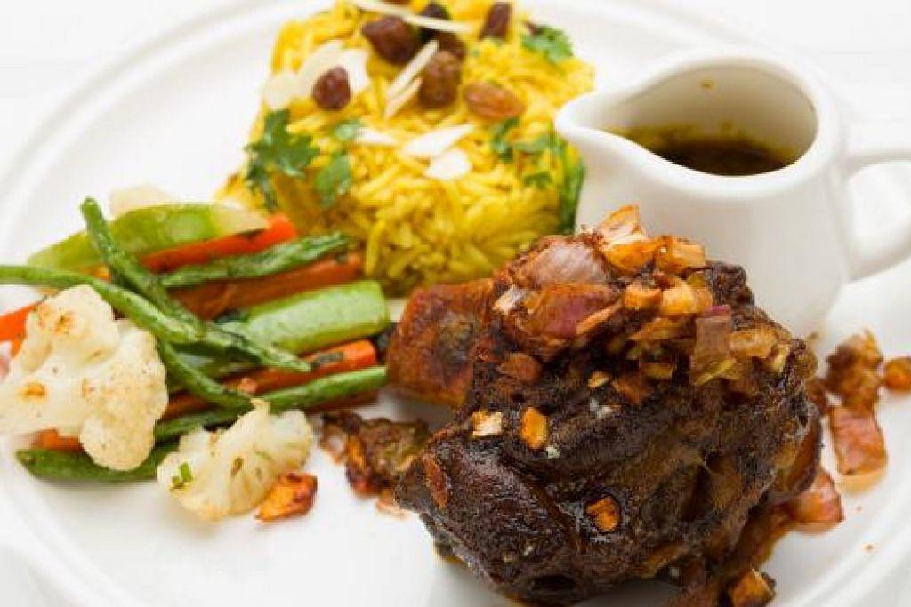 UNTUK PENGGEMAR DAGING: Set Lamb Mechoui boleh dicuba sebagai hidangan buka puasa di Pastilla Cafe. - Foto-foto AZIZAN DUANA