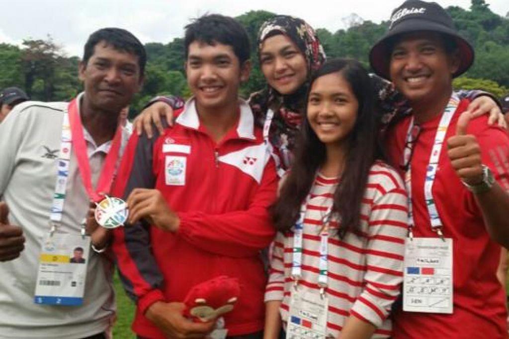 PINGAT PENDORONG SEMANGAT: Pemain golf muda berbakat, Abdul Hadi Uda (dua dari kiri), bergambar dengan bapanya, Uda Thith (kanan), ibunya, Erni M Kasim serta adiknya, Siti Hanaa. Paling kiri ialah Mohd Ibrahim Mohd Gaus, 'caddy' berpengalaman yang membantu Hadi sepanjang di Sukan SEA lalu. – Foto ihsan UDA THITH