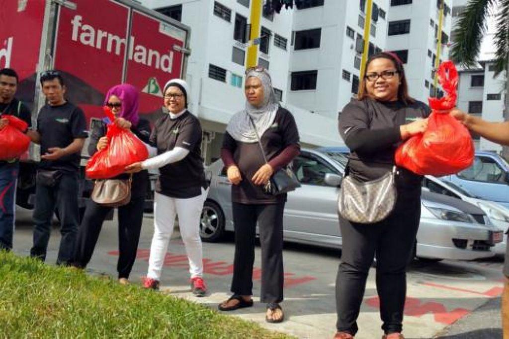 GOTONG-ROYONG: Cik Siti Nurani Salim (dua dari kanan) amat mengalu-alukan sumbangan tenaga sukarelawan, tidak kira usia, untuk sama-sama menyingsing lengan mengagihkan barang-barang derma. - Foto-foto PROJECT GOODWILL AID