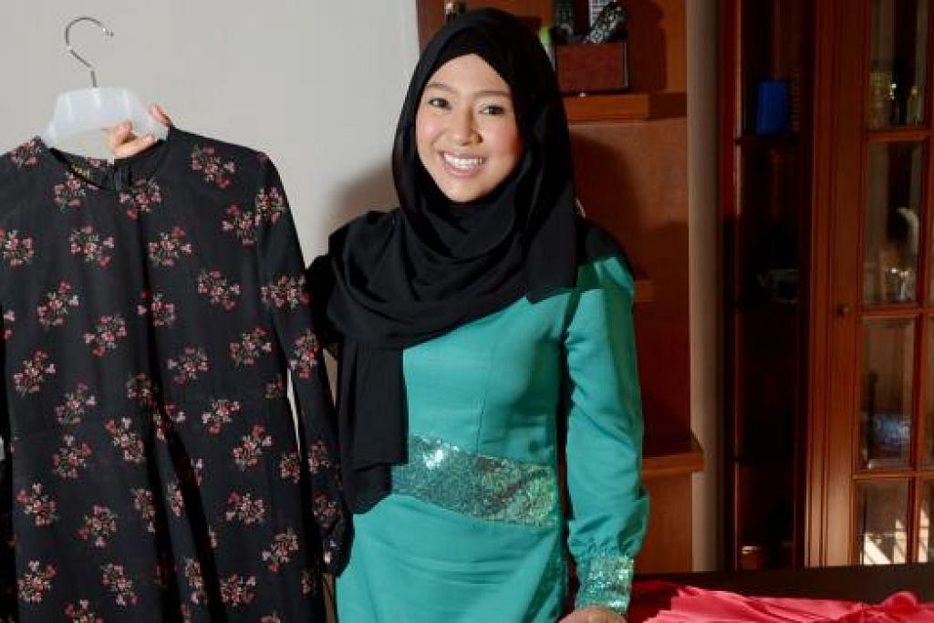 NIAGA BAJU: Dalam Ramadan ini, Sarah Aqilah sibuk dengan tugas menjual gaun labuh dan jubah, satu percubaan baru.- Foto TUKIMAN WARJI
