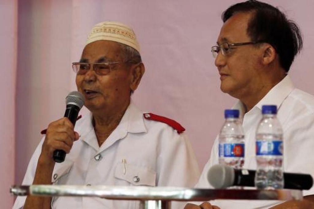 TERKILAN DAN TERKENANG-KENANG: Mantan pemandu Istana, Encik Abdul Sulaiman (kiri), yang pernah berurusan dengan mendiang Encik Lee Kuan Yew berkongsi kisahnya yang tidak dapat menerima undangan ke upacara pengebumian negara pemimpin itu kerana dirawat di hospital. Di kanan ialah Anggota Parlimen GRC Ang Mo Kio, Encik Seng Han Thong. - Foto THE STRAITS TIMES