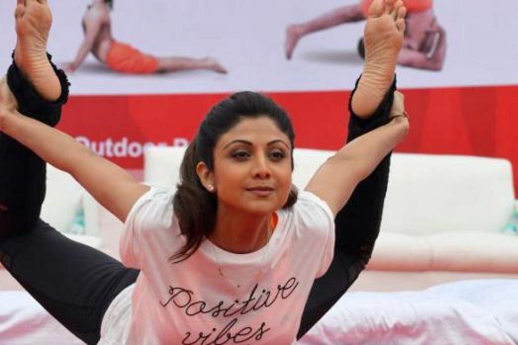 SELEBRITI BERYOGA: Aktres Bollywood Shilpa Shetty Kundra melakukan yoga di atas pentas semasa Hari Yoga Antarabangsa di Bangalore, India, pada 21 Jun lalu. - Foto AFP