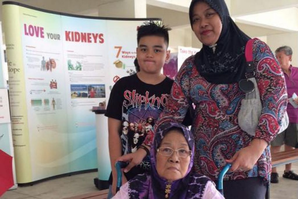 LEBIH MUDAH: Cik Alimah Awi (berkerusi roda) , seorang pesakit ginjal, tidak sabar berpindah ke pusat dialisis baru di Bangkit Road yang dekat dengan rumahnya apabila siap kelak. - Foto NKF